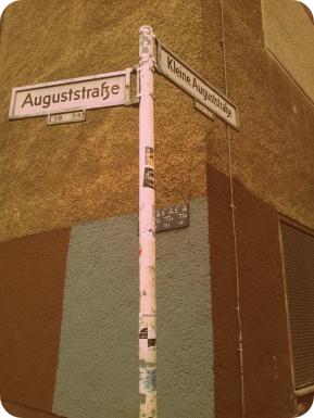 auguststrasse. kleine auguststrasse. wie entzückend :)