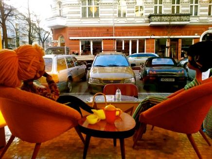 frau muffin und frau belli im cafe sorgenfrei